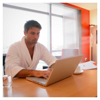 عکس با کیفیت مرد در حال کار با کامپیوتر و لپ تاپ