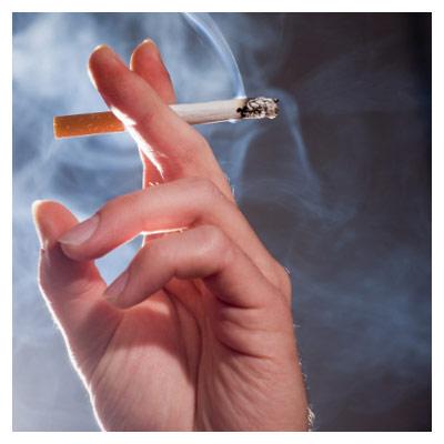 فایل با کیفیت عکس سیگار در دست در حال دود کردن