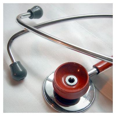دانلود عکس با کیفیت گوشی پزشکی در حال شنیدن صدای قلب
