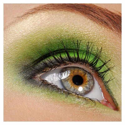 عکس با کیفیت چشم آرایش شده از نمای نزدیک