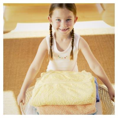 دختر بچه و کمک به مادر در شستشوی لباس ها