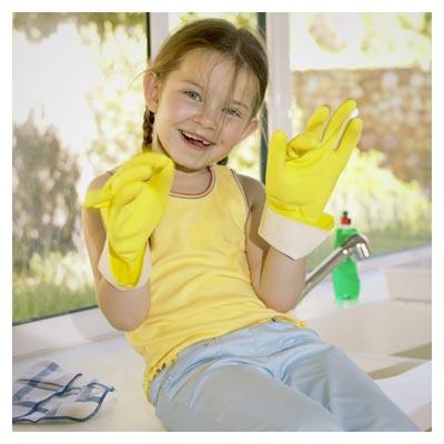عکس با کیفیت بچه در حال کمک به مادر در شستن ظرف ها