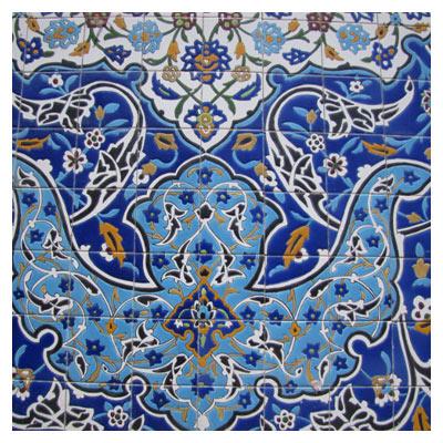 نمای نزدیک از کاشی های دیوار مسجد