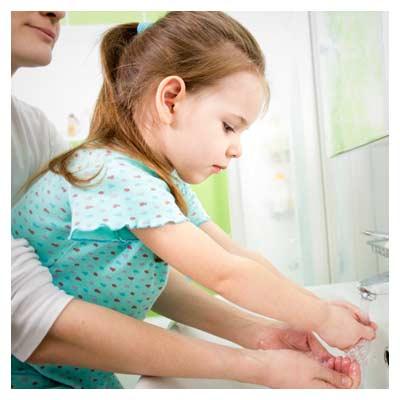 عکس با کیفیت کودک در حال شستن دست