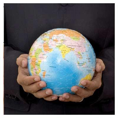 عکس با موضوع کره زمین در دست