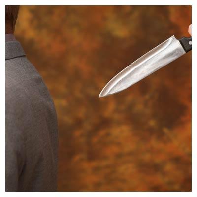 عکس با موضوع از پشت خنجر زدن