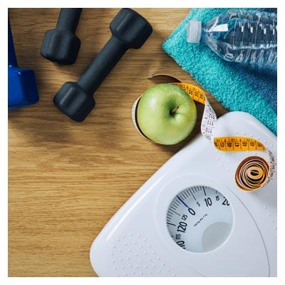 وسایل تناسب اندام شامل دمبل ، ترازو و متر
