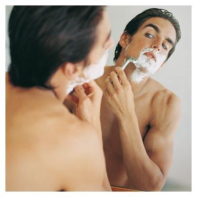 عکس با کیفیت مرد در حال تراشیدن ریش (Shaving)