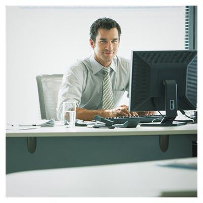 عکس رایگان با کیفیت مرد نشسته پشت میز ریاست