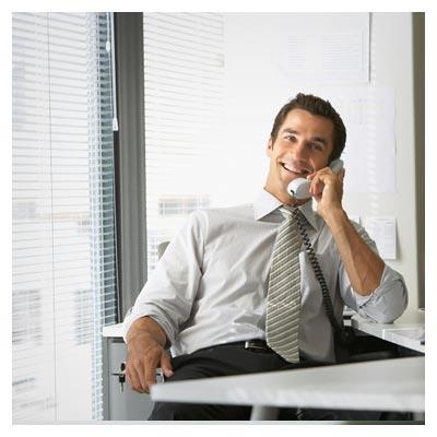 عکس رایگان مدیر پشت میز در حال مکالمه با تلفن