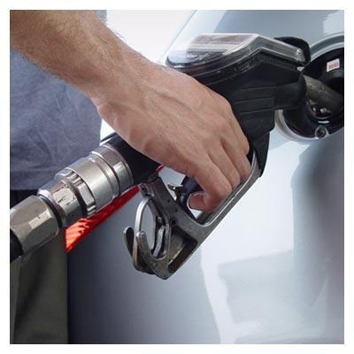 عکس رایگان بنزین زدن در باک خودرو