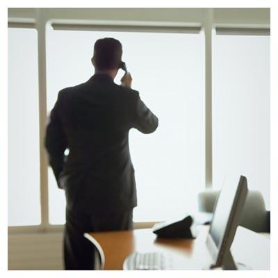 عکس با کیفیت مدیر اداره در حال مکالمه با تلفن