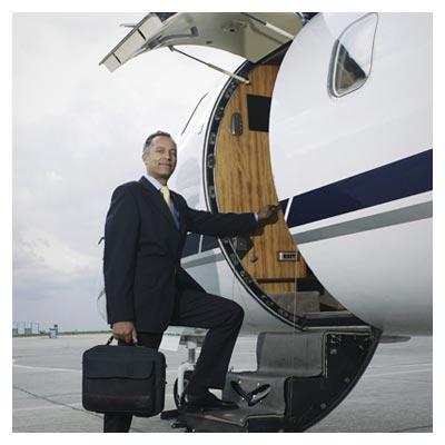 عکس با کیفیت خلبان در حال سوار شدن به هواپیما
