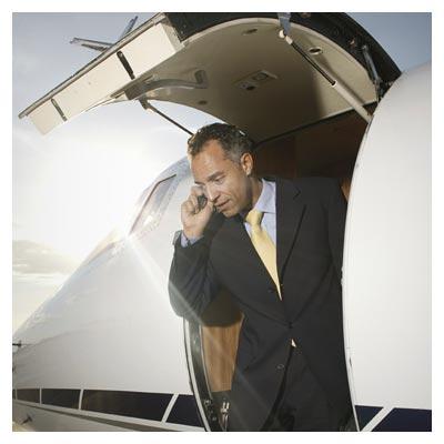 عکس خلبان در حال مکالمه با تلفن همراه در هواپیما
