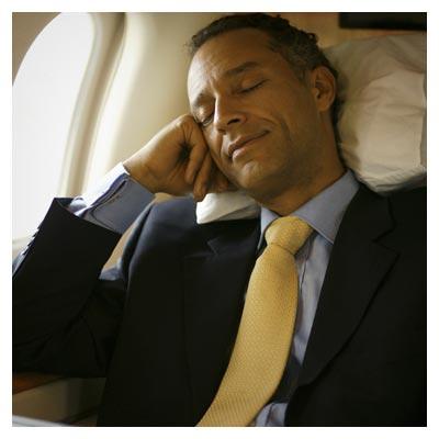 عکس با کیفیت مسافر در حال استراحت در هواپیما