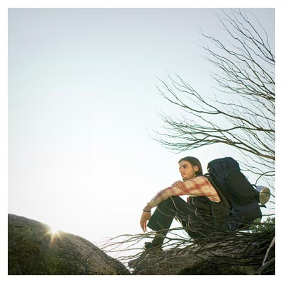 عکس مرد خسته از پیاده روی با کوله سفر