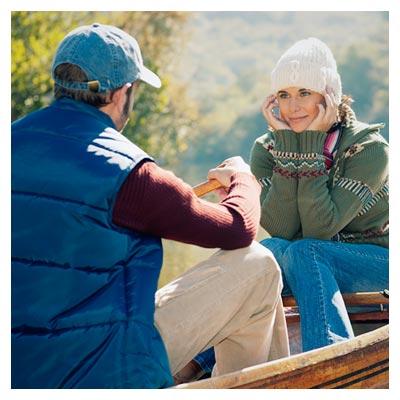 عکس زن و مرد در قایق روی رودخانه (رمانتیک)
