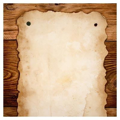عکس رایگان کاغذ پوستی قدیمی روی پس زمینه چوبی