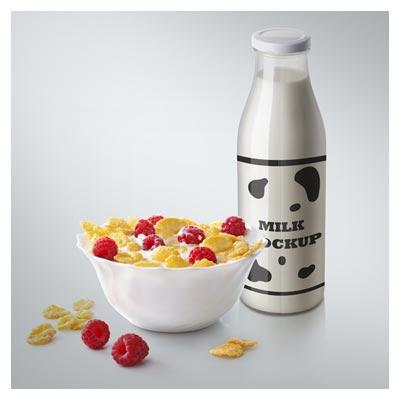 موکاپ (پیش نمایش) بطری شیشه ای شیر و مخلوط توت فرنگی و غلات
