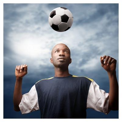 تصویر استوک مرد سیاه پوست و توپ فوتبال (فوتبالیست)