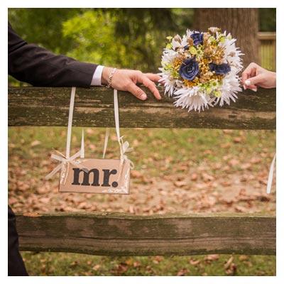 دانلود عکس با کیفیت عروس و داماد نشسته روی صندلی