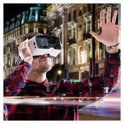 دانلود عکس رایگان و با کیفیت از مردی با عینک واقعیت مجازی در شهر