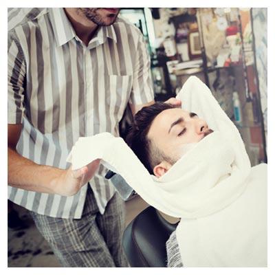 تصویر رایگان و با کیفیت از مردی در حال آماده شدن برای اصلاح مو (پیرایشگاه مردانه)
