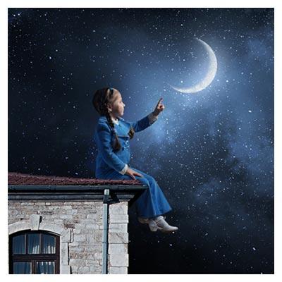تصویر رویایی و با کیفیت با موضوع دختر بچه و لمس ماه در شب