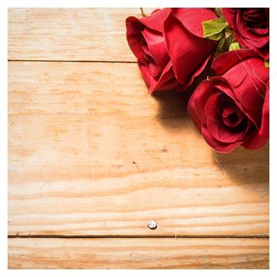 دانلود تصویر پس زمینه رمانتیک با گل رز قرمز زیبا بر روی چوب