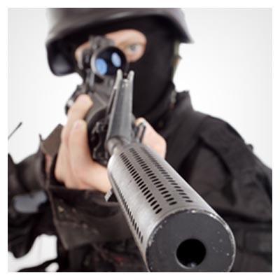 عکس با کیفیت مرد مسلح دارای یک سلاح گرم آماده ی شلیک