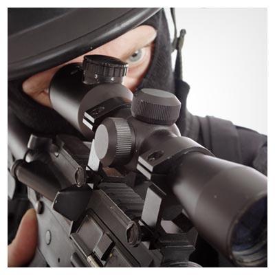 دانلود عکس مرد سیاه پوش مسلح در حال نشانه گیری برای شلیک