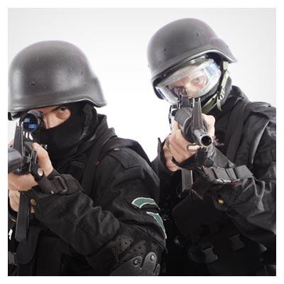 عکس دو مرد پلیس مسلح آماده شلیک با لباس های سیاه رنگ به فرمت JPG