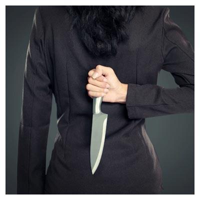 عکس با کیفیت و مفهومی از یک خنجر پنهان شده در پشت (خنجر از پشت)