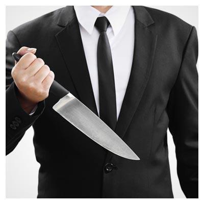 دانلود تصویر دلهره آور از یک چاقوی تیز در دست یک مرد با لباس های رسمی