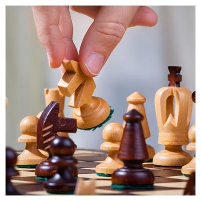 تصویر مهره های چوبی و زیبای شطرنج به رنگ قهوه ای