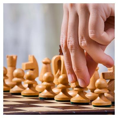 تصویر بازی شطرنج، مهره های سفید دست بازیکن در حالت آماده به حرکت سرباز دوم