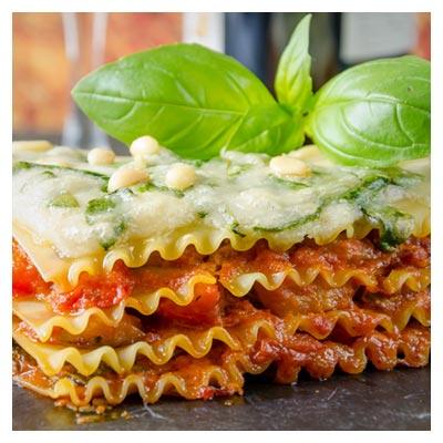 عکس زیبای لازانیای تازه پخته شده با تزیین سس و سبزی با فرمت jpg