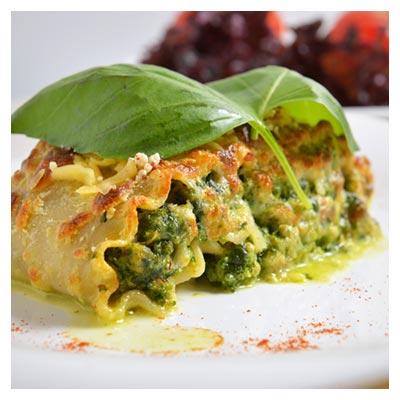 تصویر اشتها آور از لازانیای سبزیجات لذیذ با چاشنی فلفل قرمز و سبزی