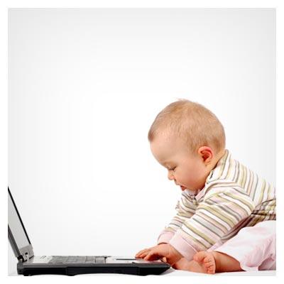 عکس نوزاد کوچک کنجکاو در حالت بازی با کیبورد لپ تاپ با فرمت jpg
