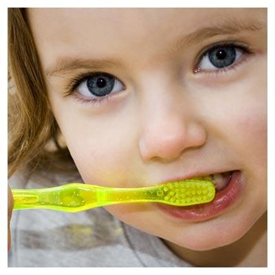 عکس مسواک زرد و دختر بچه کوچک و دندان هایش به صورت فرمت jpg