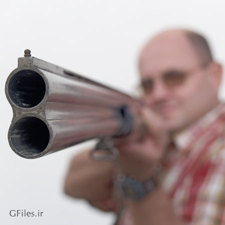 عکس نشانه گیری مرد تفنگ به دست برای شکار آماده به شلیک با فرمت jpg