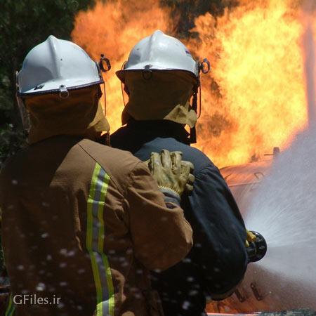 تصویر تاثیر گذار از همکاری دو آتش نشان برای خاموش کردن حریق