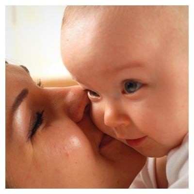 عکس مادر و فرزند، بوسیدن فرزند توسط مادر مهربان