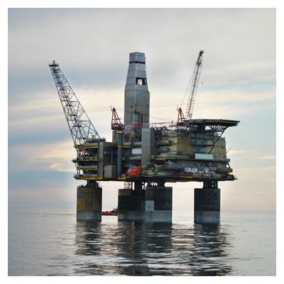 عکس دکل نفتی کوچک ساخته شده در میان آب های دریا با پسوند jpg