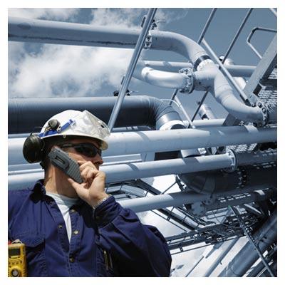 تصویر کارگر یک کارخانه در کنار لوله های انتقال گاز و نفت با فرمت jpg