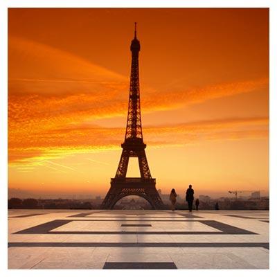 عکس برج ایفل و عکس برداری توریست از آن در زمان غروب خورشید