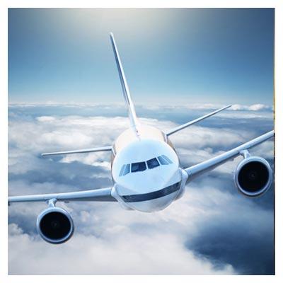 عکس پرواز هواپیما بالای ابرهای سفید رنگ متراکم در آسمان آبی
