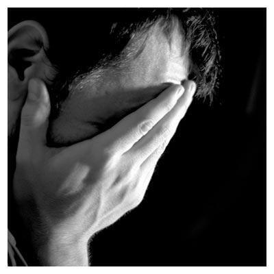 عکس حزن انگیز گرفتن صورت با دستان به نشانه ناراحتی و بغض