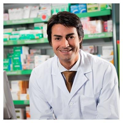 عکس با کیفیت دکتر با روپوش سفید در حال فروش دارو و لبخند زدن