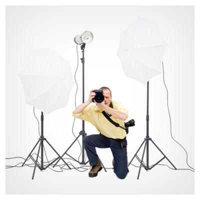 مرد عکاس در کنار وسایل پشت صحنه فیلم، در حال عکسبرداری از صحنه